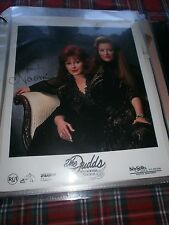 THE JUDDS-WYNONNA AND NAOMI RARE SIGNED PUBLCITY PHOTOGRAPH WITH ENVELOPE