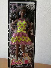 Mattel DGY65 Barbie Fashionistas - mit gelben Blumenkleid - dunkle Puppe