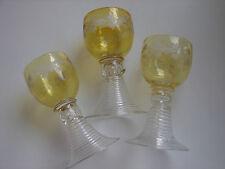 3 antike, sehr kleine Weinrömer, gelb und weiss, 0,08 Liter, 12cm