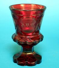 Andenken Bäder Glas, 8-eckiger Fußbecher rotes Überfangglas, Wiesbaden, um 1830.