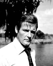 """ROGER MOORE AS JAMES BOND IN """"LIVE AND LET DIE"""" - 8X10 PUBLICITY PHOTO (ZY-889)"""