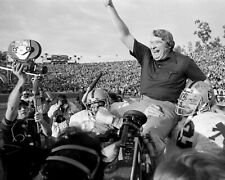 OAKLAND RAIDERS PLAYERS JOHN MADDEN ON SHOULDERS AFTER WIN - 8X10 PHOTO (RT860)