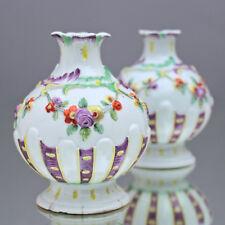 Nymphenburg um 1760: Paar Vasen des Rokoko von J. Häringer, Blumen Girlanden