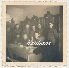 Foto Kaserne-Spind-Gasmaske-Stahlhelm-Soldaten  (a626)