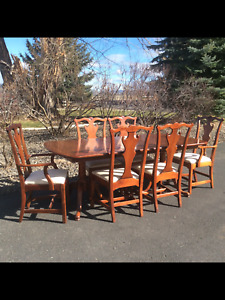 LEXINGTON BOB TIMBERLAKE CHERRY PEDESTAL TABLE WITH 6 CHIPPENDALE DINING CHAIRS