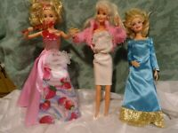lot =les 3barbies blondes ,robe aux fraises , et baguette s allumant et musique