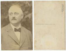33910 - Älterer Mann mit Schnurrbart und Fliege - Foto, datiert 1917