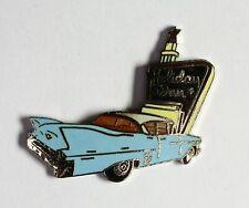 Cadillac bleue devant un Holliday in