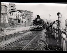 PARIS BELLEVILLE-VILLETTE (XIX°) TRAIN en GARE animée en 1966 / Photo J. BAZIN