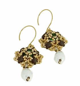 orecchini pendenti tessitura perline oro marroni cristallo verde goccia bianca