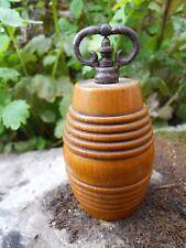 Beau moulin à poivre en bois tourné formant tonneau -poignée forme corne bélier
