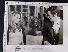 Photo BELMONDO/URSULA ANDRESS/buste/expo pére/1970/originale/presse/argentique