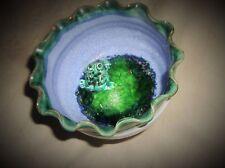 Insolito CREMA BLU VERDE SMALTATO ART Pottery piedistallo piatto con simpatici Rana in base