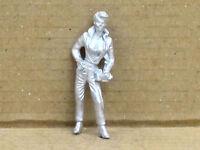 Frau im Overall mit Kamera stehend, Zinnfigur Nr. 17, unbemalt, Omen, 1:43