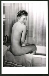 Photography Nude Naked Woman On Badewannenrand Seated