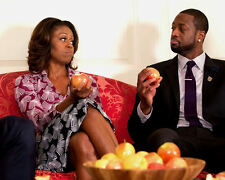 MICHELLE OBAMA WITH DWYANE WADE OF THE NBA MIAMI HEAT - 8X10 PHOTO (BB-800)