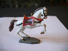 FIGURINE STARLUX MOYEN AGE CHEVAL BLANC CABRE SELLE ROUGE SOCLE TRAPEZOIDALE