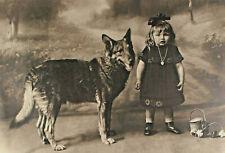 Signiert W Müller - Kleines Mädchen mit Schäferhund