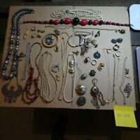 Lot de + 50 Bijoux Fantaisie-Vintage-Ancien ( Ref: 21-028 )