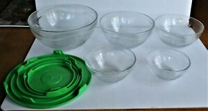 5 CLEAR GLASS STACKABLE/NESTING BOWLS W/ GREEN LIDS. GRAPE DESIGN. UNBRANDED.