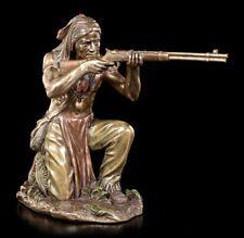 Indianer Figur - Lauernder Krieger mit Gewehr - Veronese Statue Bronze-Optik