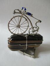 Bicicletta in rame argentato su Occhio di Tigre. Bike old style on a Tiger Eye