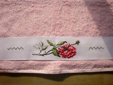 Serviette de toilette brodée au point de croix personnalisable, rose shabby