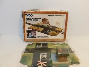 Tyco HO Signal Man With Lighted Shack Crossing Track #928  - Tested and works