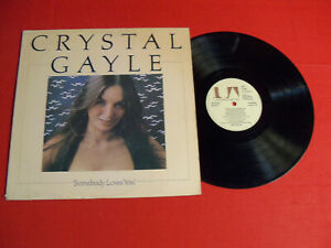 """CRYSTAL GAYLE 1975 LP """"SOMEBODY LOVES YOU"""" ON CLASSIC COUNTRY POP VINTAGE VINYL!"""
