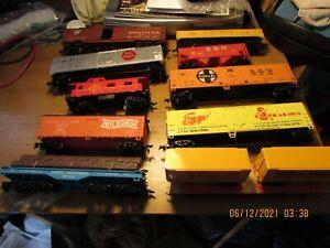LOT 10 HO SCALE TRAIN CARS,