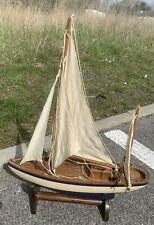 Maquette de voilier en bois naturel, coque peinte en bleu et blanc