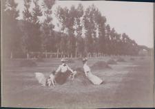 France, Normandie, Deux femmes dans un champ, ca.1900, vintage citrate print Vin