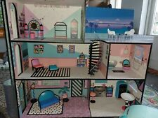 L.O.L. Surprise! 560531E7C House with Real Wood Dollhouse camper, car & dolls