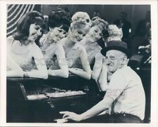 1980 Press Photo Pretty Women Watch Jimmy Durante Play Piano 1960s TV Sullivan
