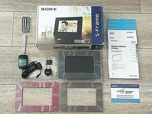 "New SONY 7"" S-FRAME DPF-E72 DIGITAL PHOTO FRAME REMOTE STAND + 2GB MEMORY STICK"
