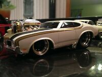 MUSCLE MACHINES 1970 OLDSMOBILE CUTLASS 1:24 SCALE CUSTOM MODIFIED GOLD PEARL
