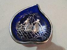 ancienne coupelle verre bleu decor incrustations d'argent femme au puits vintage