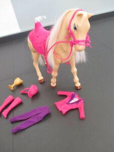 Barbie Pferd - laufendes Pferd + Kleidung