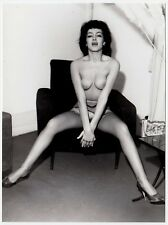 CHEEKY NUDE WOMAN POSING IN CHAIR / FRECHE NACKTE IM SESSEL * Vintage 70s Photo