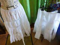 lot=2 jupons blancs  ,volants  dentelles  ,folklo,théatre ,années 50-60 nylon