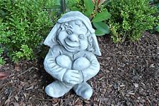 Frecher Wichtel sitzend Wichtelkind Gartenfigur Zwerg Gnom