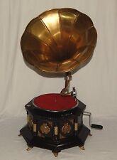 Grammophon 8-eckig rotbraun mit goldenen Füßen + Album mit Schellackplatten