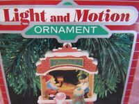 "HALLMARK' S LIGHT AND MOTION ORNAMENT "" KRINGLE'S TOY SHOP"" ""DATED c) 1987"