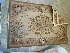 Floral Hand Woven Rug; Rose Pattern With Leaves