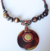 collier bijou ethnique métal couleur or perle bois marron cabochon rouge C5