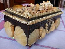 Coffret ancien en bois recouvert de coquillages souvenir de bord de mer