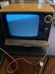 """vintage 70's Elizabethan Black and White 9"""" tv, model T-9"""
