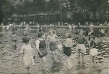 Londres, Enfants jouant dans une fontaine à Whitechapel, ca.1930, Vintage silver