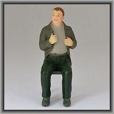 Dingler Handbemalte Figur Polyresin Spur 1 Mann sitzend, olive Jacke (100213-03)