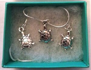 2 boxed jewellery sets. (1)